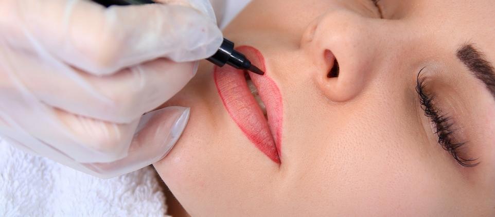 Jakie korzyści daje wykonanie makijażu permanentnego ust