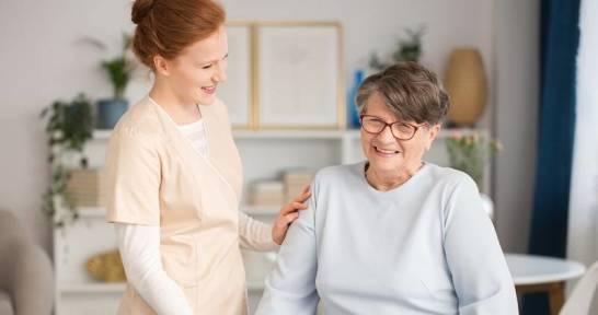 Pielęgniarka w domu. Kiedy warto zainwestować w opiekę nad chorym?
